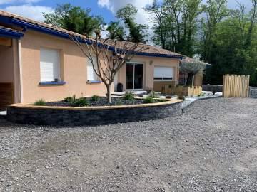 Aménagement d'une entrée exterieur de maison à Orist